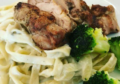 Pasta med blåmuggostesaus og kylling